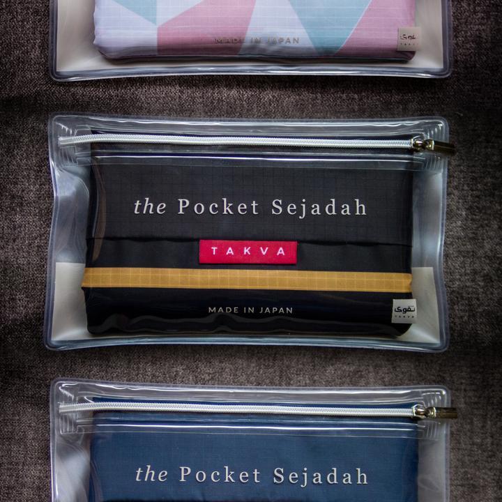 TAKVA's Pocket Sejadah™ Mit TAKVA's Pocket Sejadah™ sind Sie immer bereit für Ihre täglichen Gebete an jedem Ort und zu jeder Zeit. Seine kleine Seitentasche ist mehr als nur ein einzigartiges Statement Design - es ist eigentlich die Tragetasche Ihres Sejadahs in Verkleidung. Einfach zusammenklappen und umdrehen und schon kann es losgehen!